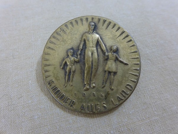 Sheet metal badge WHW 1934 children in the country badge